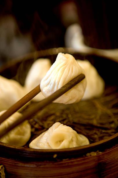 China, Shanghai, wanton held in chopsticks, close-up:スマホ壁紙(壁紙.com)