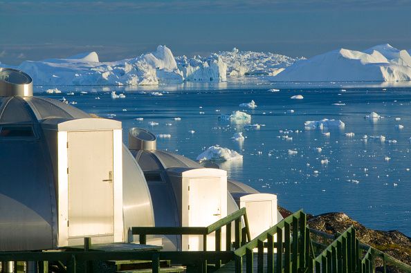 ヤコブスハブン氷河「Igloos outside the Arctic Hotel in Ilulissat on Greenland. Ilulissat is a UNESCO World Heritage Site because of the Jacobshavn Glacier or Sermeq Kujalleq which is the largest glacier outside Antarctica. The glacier drains 7% of the Greenland ice sheet an」:写真・画像(0)[壁紙.com]