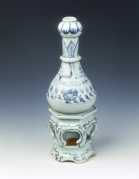 Chrysanthemum「Blue and white garlic-headed vase on a hexagonal stand, Yuan dynasty, China, mid 14th century.」:写真・画像(8)[壁紙.com]