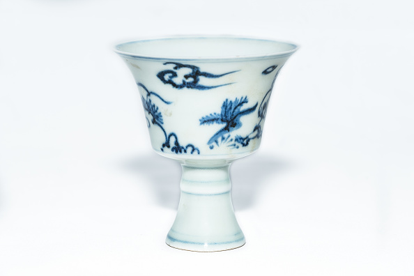 White Background「Blue And White Stem Cup With Two Scholars In Landscape 2nd Half 15th Century」:写真・画像(15)[壁紙.com]