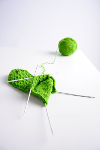 編み込み「Knitting with green yarn」:スマホ壁紙(13)