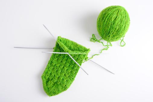 編み込み「Knitting with green yarn」:スマホ壁紙(12)