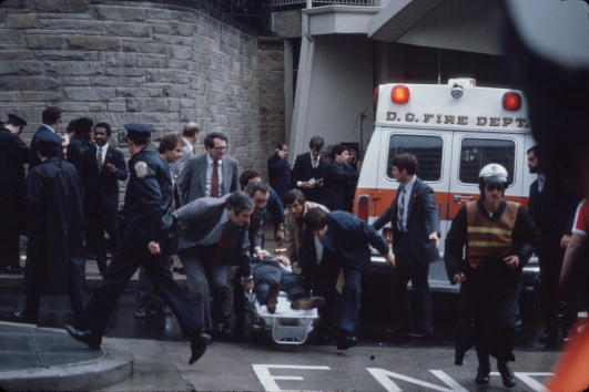 Assassination「Chaos Outside The Washington Hilton Hotel After The Assassination Attempt On President Reagan」:写真・画像(7)[壁紙.com]