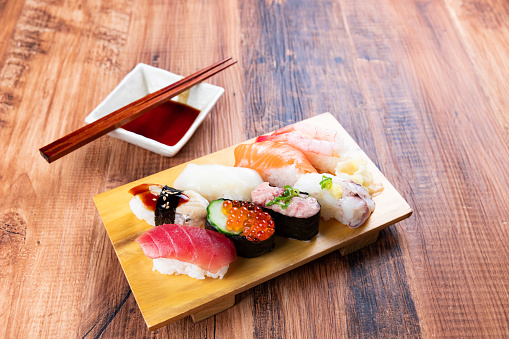 Sushi「Nigiri sushi on wooden board」:スマホ壁紙(14)