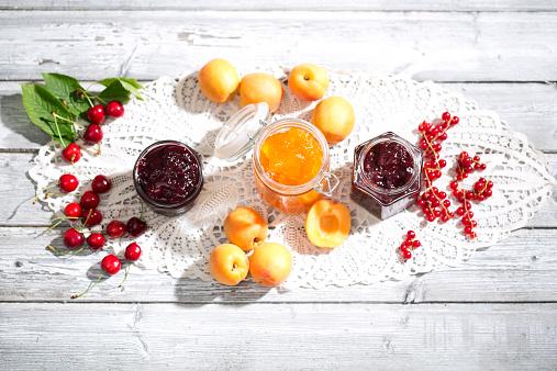 杏「Cherry jam and cherries, Apricot jam and apricots, Currant jam and red currants on dolly」:スマホ壁紙(15)