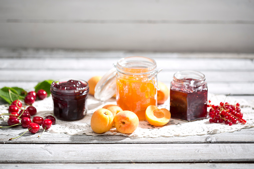 杏「Cherry jam and cherries, Apricot jam and apricots, Currant jam and red currants on dolly」:スマホ壁紙(0)