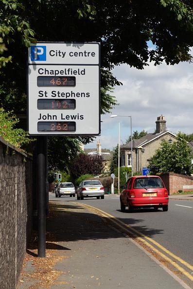 Dividing Line - Road Marking「City centre car parking spaces information sign, Norwich, Norfolk, UK」:写真・画像(18)[壁紙.com]