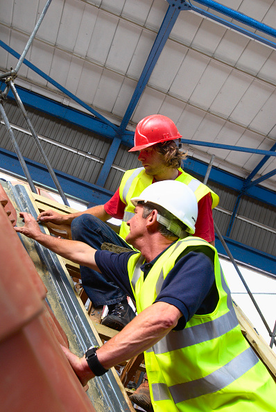 Advice「Mentor and trainee working on roofing, UK」:写真・画像(13)[壁紙.com]