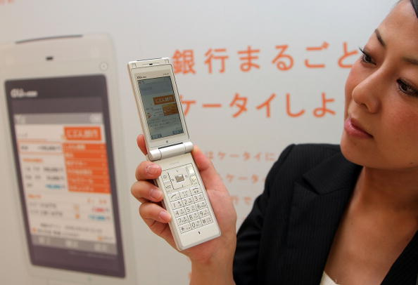 Bank Counter「New Mobile Banking Service Launches In Tokyo」:写真・画像(19)[壁紙.com]