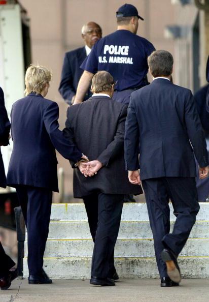 Enron「Enron Executive Taken Into FBI Custody」:写真・画像(18)[壁紙.com]