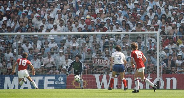 England「Bryan Robson scores after 27 seconds England v France 1982 FIFA World Cup」:写真・画像(18)[壁紙.com]