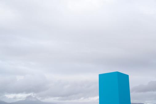 Single Object「Blue box outdoors」:スマホ壁紙(4)