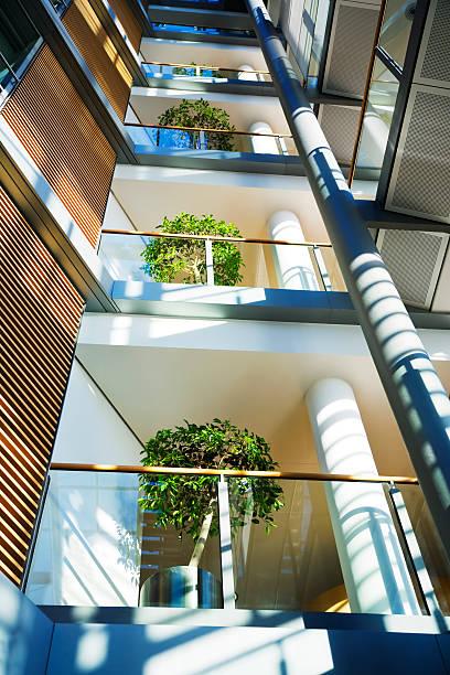 Modern Office Building Interior:スマホ壁紙(壁紙.com)