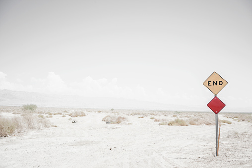 Dirt Road「End road sign on remote dirt road」:スマホ壁紙(19)