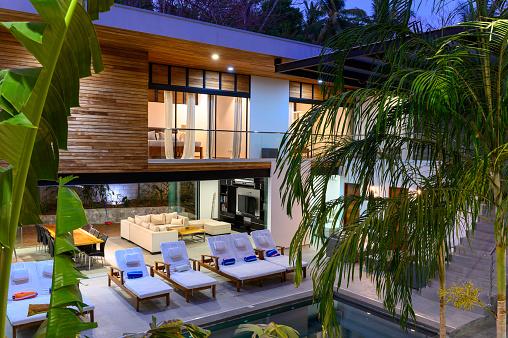 Insurance「Modern luxury home at dusk」:スマホ壁紙(13)