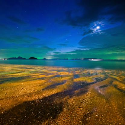 月「星空の夜の美しい熱帯のビーチ」:スマホ壁紙(6)