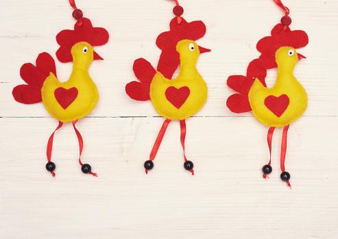 Hen「Felt Easter chickens on white plank. Debica, Poland」:スマホ壁紙(15)