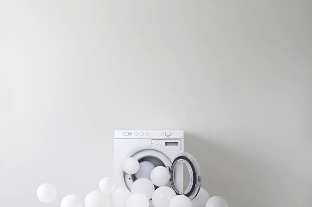 Conceptual washing machine leaking soap suds:スマホ壁紙(壁紙.com)