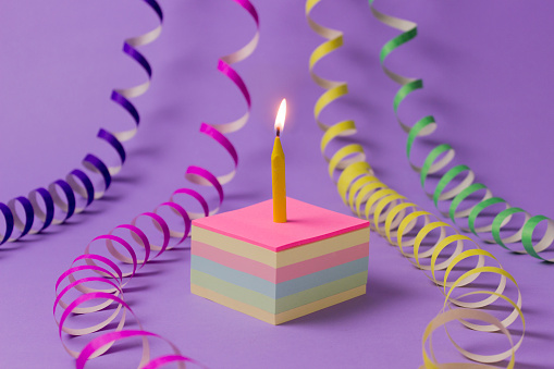 Adhesive Note「Conceptual birthday cake and streamers」:スマホ壁紙(18)