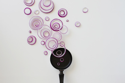 Spanish Onion「Conceptual red onion ring steam over a frying pan」:スマホ壁紙(0)