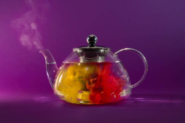 Conceptual tea brewing in a teapot:スマホ壁紙(壁紙.com)