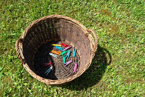 Washing「Clothes pins in a basket」:スマホ壁紙(9)
