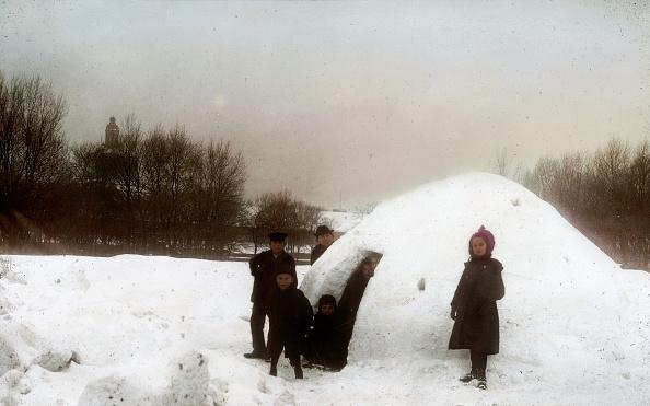 Igloo「Children building an igloo. Prater. Vienna, second district. Hand-colored lantern slide. Around 1910.」:写真・画像(7)[壁紙.com]