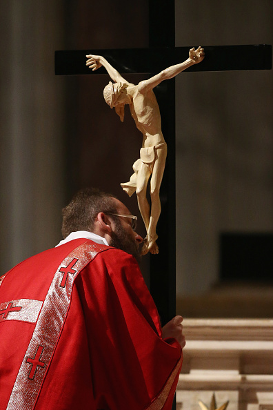 Religious Mass「Pope Francis Attends Celebration Of The Lord's Passion in the Vatican Basilica」:写真・画像(17)[壁紙.com]