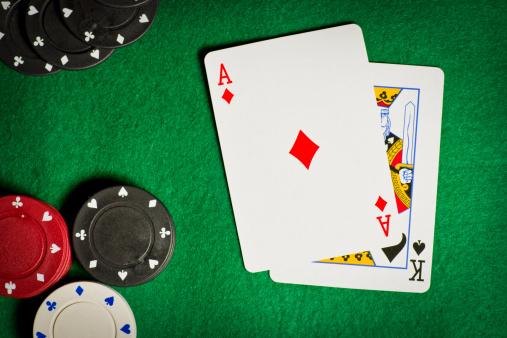 ペア「ポーカーのテーブルで賭け事チップと 2 つのカード」:スマホ壁紙(7)