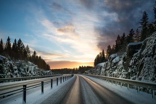 Crash Barrier「Vinterväg i sverige tidig morgon」:スマホ壁紙(6)