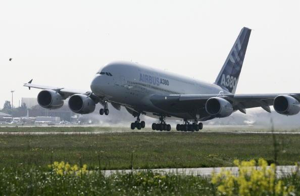 Airbus A380「A380 Super-Jumbo Jet Makes Maiden Flight」:写真・画像(4)[壁紙.com]