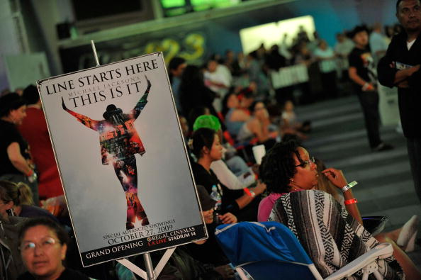 """Waiting「Tickets For The Screening Of Michael Jackson's """"This Is It"""" Are Sold」:写真・画像(14)[壁紙.com]"""