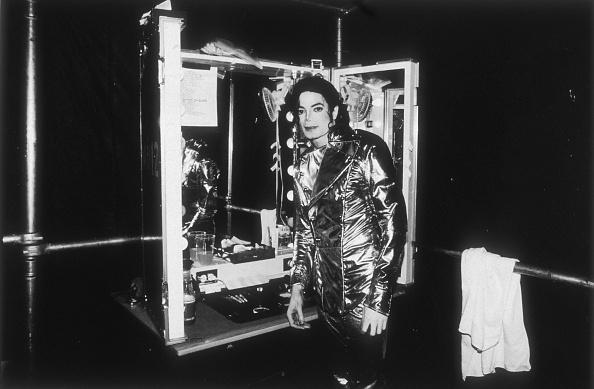歴史「Michael Jackson relaxing backstage during his 'HiStory' concert tour...」:写真・画像(16)[壁紙.com]