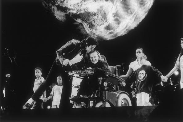 歌う「Michael Jackson kisses one of the children on stage with him while singing 'The Earth Song'...」:写真・画像(12)[壁紙.com]
