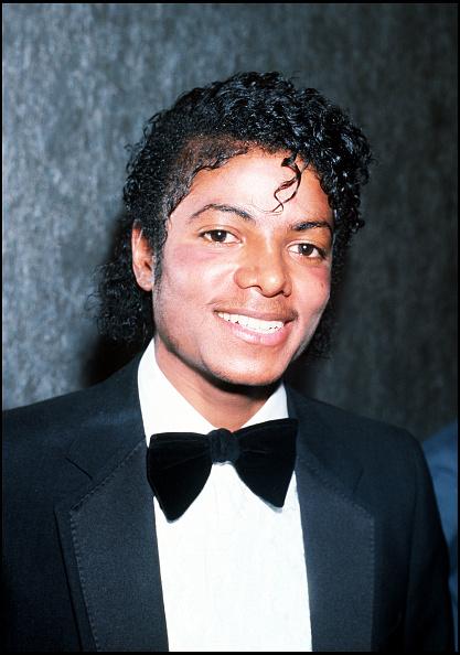 笑顔「Michael Jackson at the BPI awards to collect an award on behalf of Barbra Streisand...」:写真・画像(13)[壁紙.com]