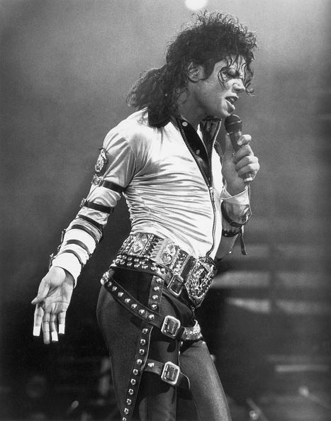モノクロ「Michael Jackson performs on stage during his 'BAD' concert tour...」:写真・画像(13)[壁紙.com]