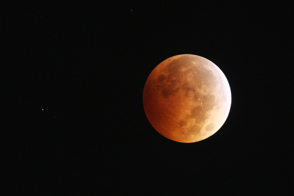 star sky「Full Lunar Eclipse Visible As Moon Aligns Into Earth's Shadow」:写真・画像(1)[壁紙.com]