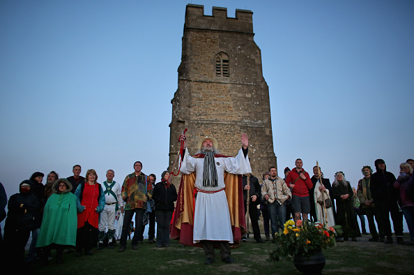 Matt Cardy「May Day Dawn Celebrations On Glastonbury Tor」:写真・画像(17)[壁紙.com]