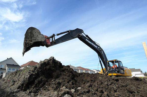 Construction Equipment「Excavator, digging at residential development, in progress, Ottawa, Ontario, Canada」:写真・画像(3)[壁紙.com]