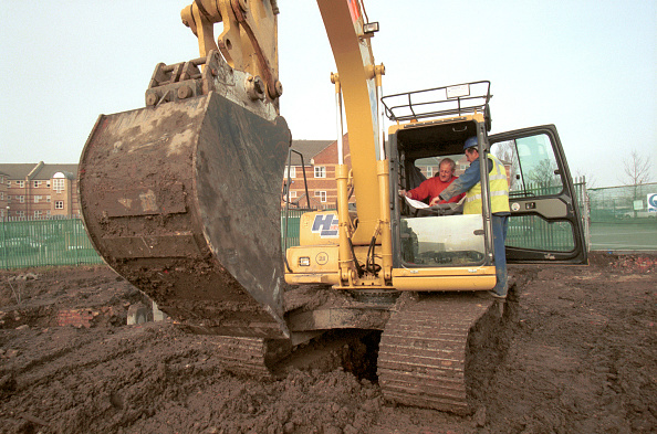 Construction Site「Excavator driver talking to the forman. Housing development, London Docklands」:写真・画像(19)[壁紙.com]