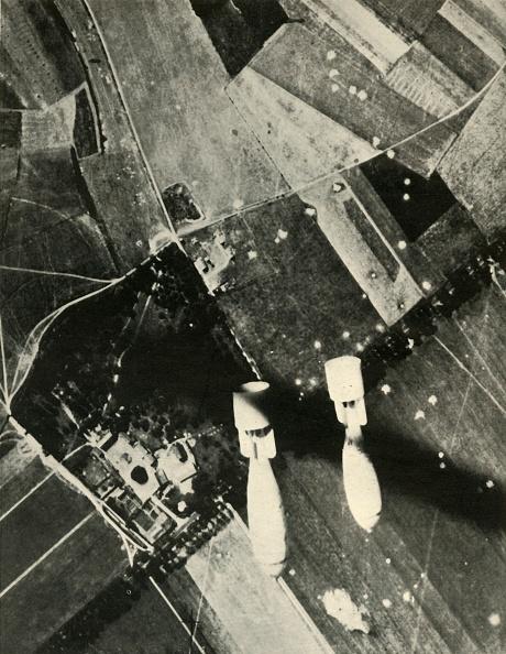 Full Frame「More British Bombs On An Enemy-Held Aerodrome」:写真・画像(13)[壁紙.com]