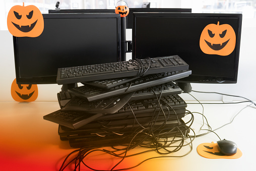 ハロウィン「A heap of computer keyboards tangled with one computer mouse on an orange halloween mouse mat」:スマホ壁紙(19)