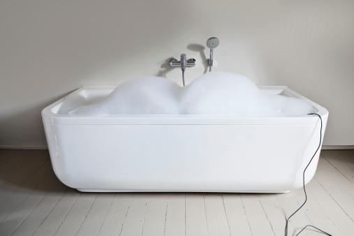 スイセン「Bathtub filled with soapsuds in bathroom」:スマホ壁紙(11)