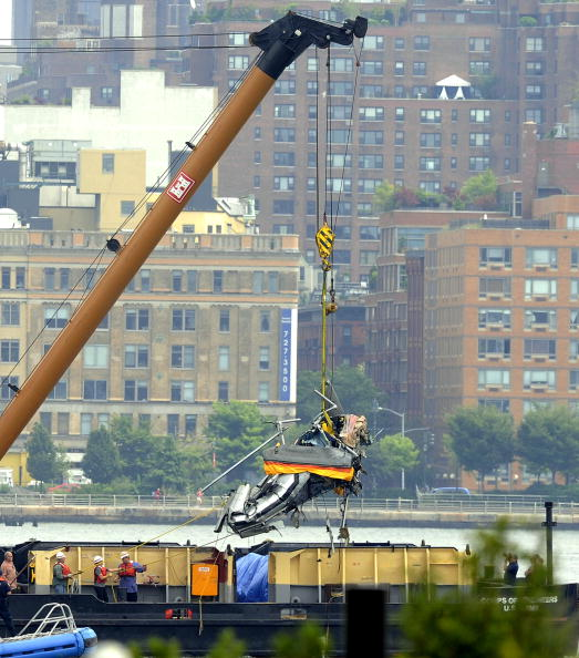 Stephen Chernin「Helicopter Collides With Small Plane Over Hudson River」:写真・画像(3)[壁紙.com]