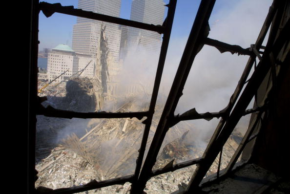 Recovery「Rescue Workers Search Through WTC Rubble」:写真・画像(7)[壁紙.com]