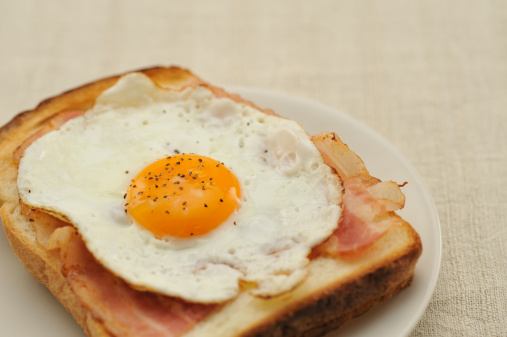 Toasted Food「Fried egg and bacon on the bread」:スマホ壁紙(8)