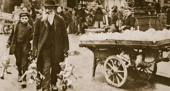 Tower Hamlets「Old Jewish Man And His Grandson Carrying Some Fowls Wentworth Street Stepney 20th Century」:写真・画像(3)[壁紙.com]