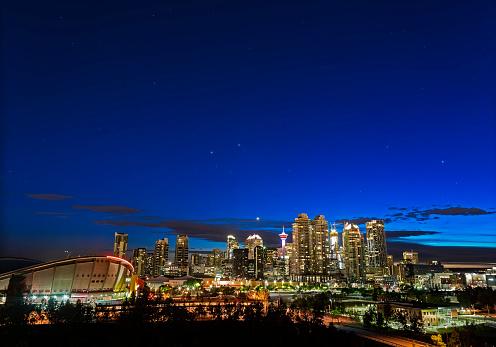 Solar System「Venus and stars setting over the skyline of Calgary, Canada.」:スマホ壁紙(9)