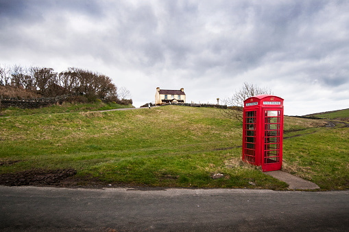 Isle of Man「Red British style telephone box in a country setting」:スマホ壁紙(7)