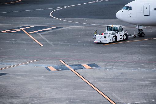 Japan「飛行場でメンテナンスを受けている飛行機。」:スマホ壁紙(10)